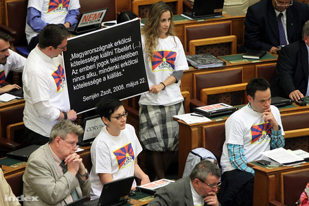 Hungarian MPs wear Tibetan Flag T-Shirt during  Parliament session